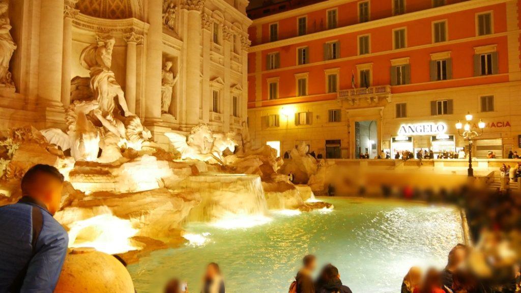 夜景のトレビの泉